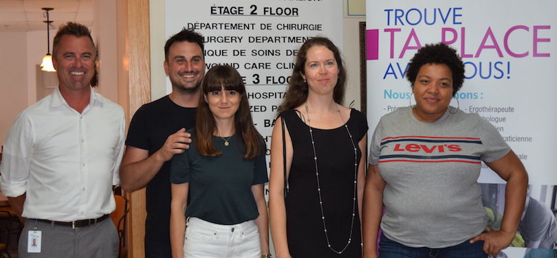 representant hopital Barrie Memorial avec 4 jeunes sejour exploratoire Haut-St-Laurent photo courtoisie Place_aux_Jeunes