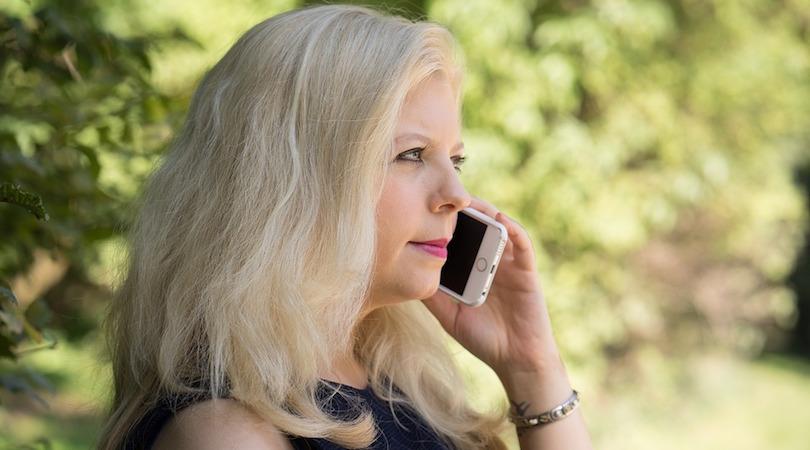 telephone appel cellulaire femme photo SchiffDirk via Pixabay CC0 et INFOSuroit