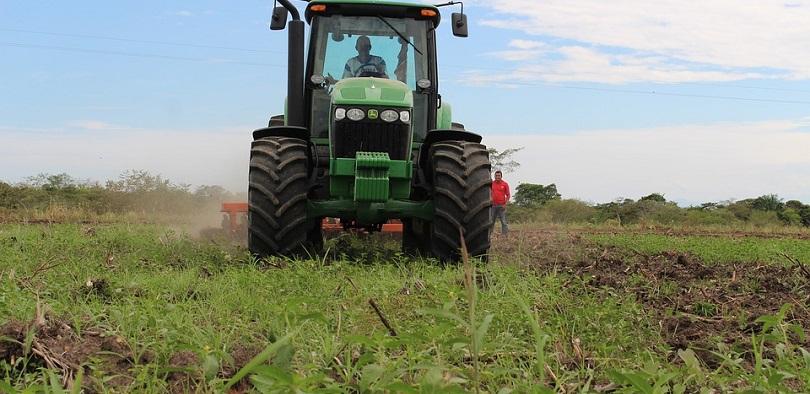 tracteur champ terre agricole photo Afelipeug via Pixabay CC0 et INFOSuroit