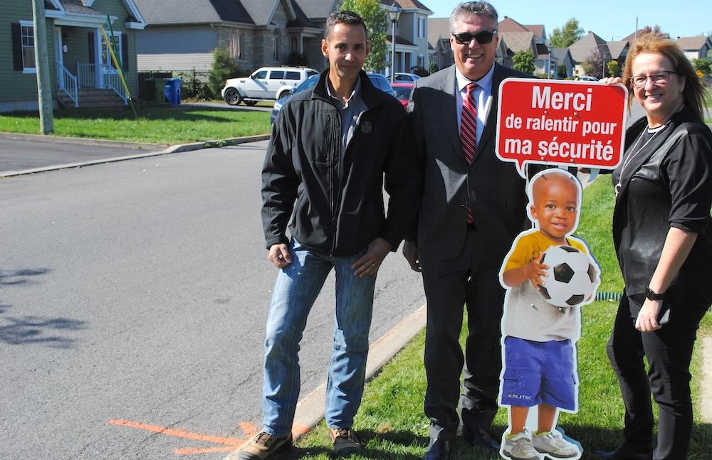 Jean-Marc_Lombard Rene_Chalifoux signalisation en silhouette enfant et Lise_Michaud mairesse photo courtoisie Ville Mercier