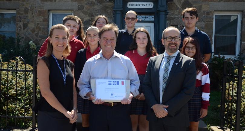 VCharlebois maire PP_Routhier directeur DLemieux et etudiants du College Heritage Photo courtoisie