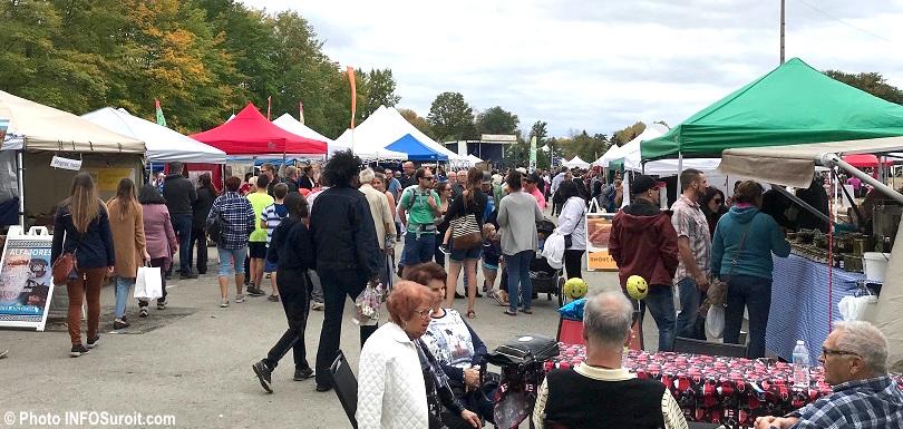 festival des couleurs de Rigaud kiosques alimentaires familles visiteurs oct2017 photo INFOSuroit