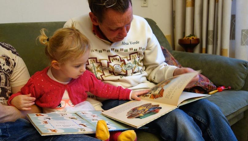lecture en famille enfant grand-pere image photo Dassel via Pixabay CC0 et INFOSuroit