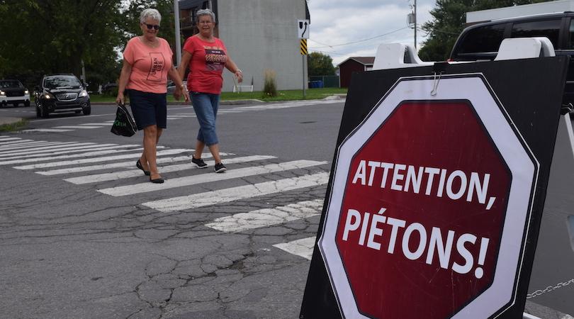 securite passage pietons 12sept2018 Beauharnois panneau Attention pietons photo MRC