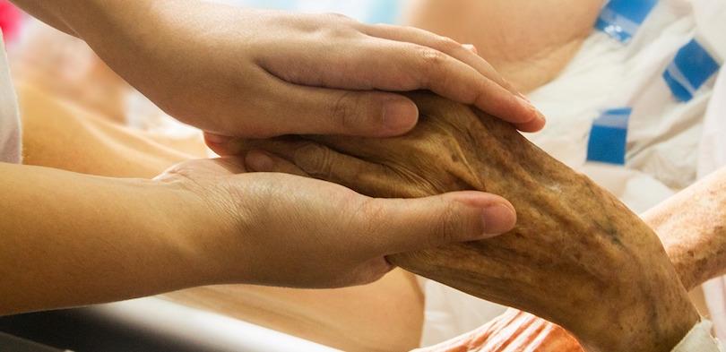 soins de sante soins palliatifs personne agee maladie photo TruthSeeker08 via Pixabay CC0 et INFOSuroit