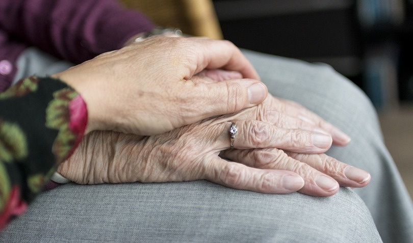soins palliatifs personnes agees compassion mains photo courtoisie Fondation Anna-Laberge