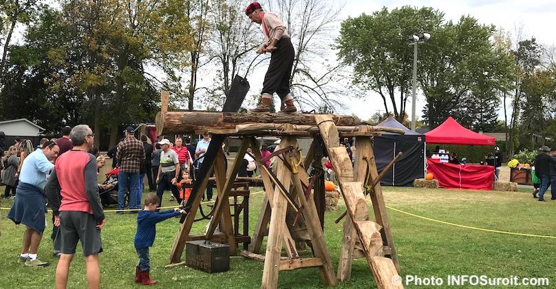festival des couleurs Rigaud 2017 bucheron coupe bois familles photo INFOSuroit