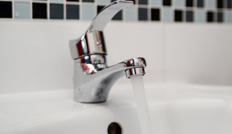 robinet eau claire nettoyage bonne pression photo jarmoluk via Pixabay CC0 et INFOSuroit