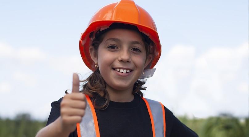 securite chantier chapeau protecteur enfant sourire photo Eroyka via Pixabay CC0 et INFOSuroit