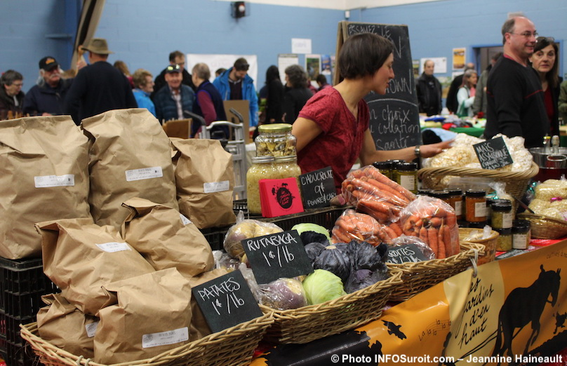 Marche-de-Noel-2017-du-Marche-Fermier-legumes-Jardins_d_en_haut-photo-INFOSuroit-Jeannine_Haineault
