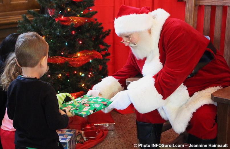 Marche de Noel de St-Louis-de-Gonzague pere_Noel et enfants dec2016 photo INFOSuroit-Jeannine_Haineault