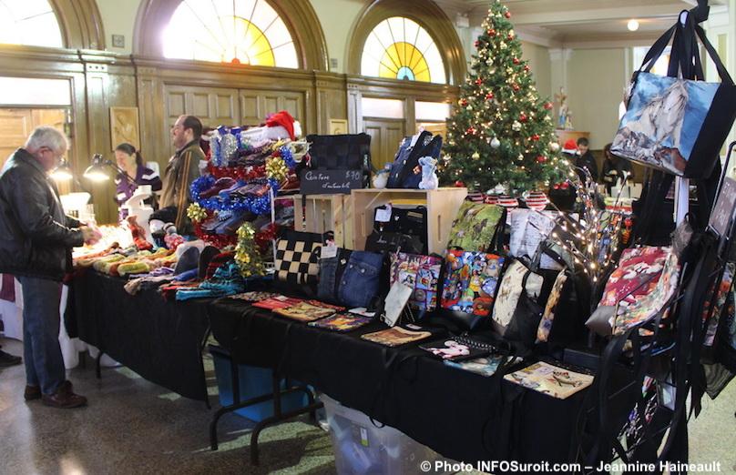Marche de Noel dec2016 a St-Louis sacs et tuques photo Jeannine_Haineault pour INFOSuroit