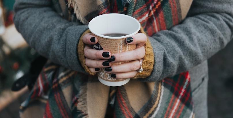 cafe chaud breuvage automne femme photo StockSnap via Pixabay CC0 et INFOSuroit