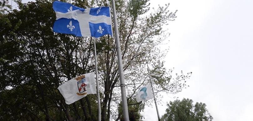 drapeaux en berne a la mairie Chateauguay photo courtoisie nov2018