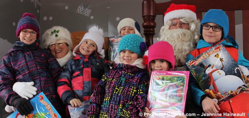fete-Noel-2017-Place-du-marche-Beauharnois-pere-et-mere-Noel-avec-enfants-photo-INFOSuroit-Jeannine_Haineault