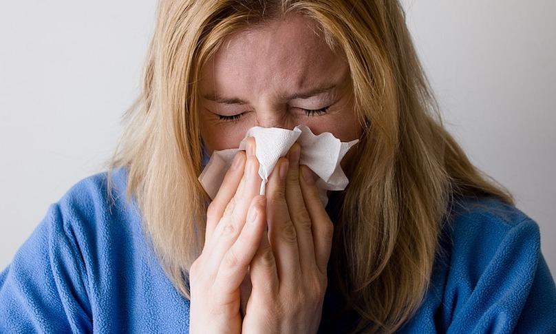 rhume grippe mouchoir femme photo Mojpe via Pixabay CC0 et INFOSuroit_com - copi