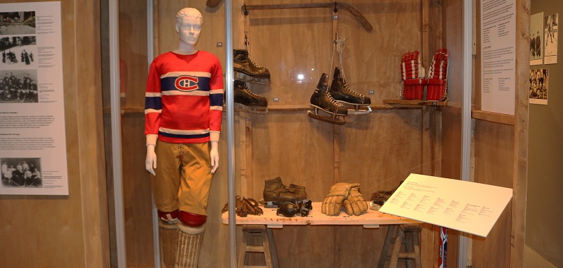 AmenNousLaCoupe exposition hockey au MUSO musee Valleyfield patins gants photo via MUSO