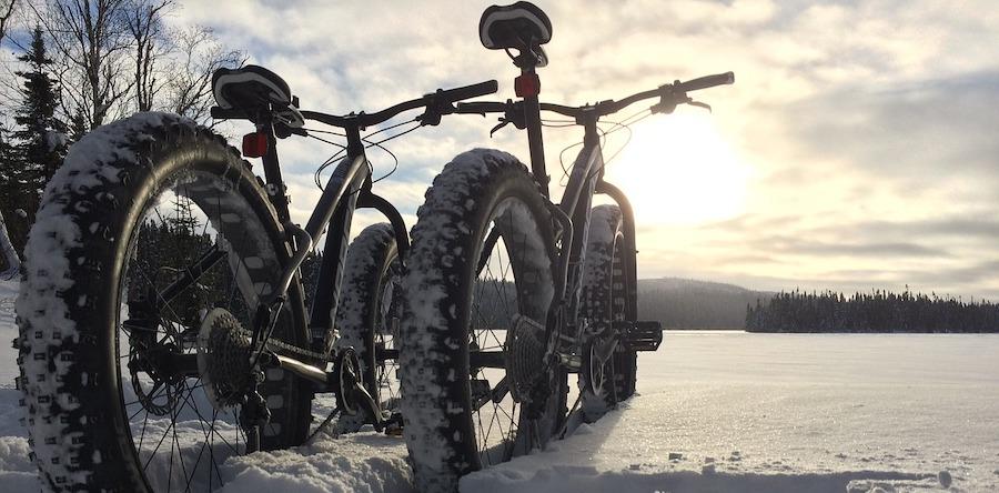 Fat-bike-hiver-neige-foret-photo-LouisSimard-depuis-Pixabay-CC0-et-INFOSuroit
