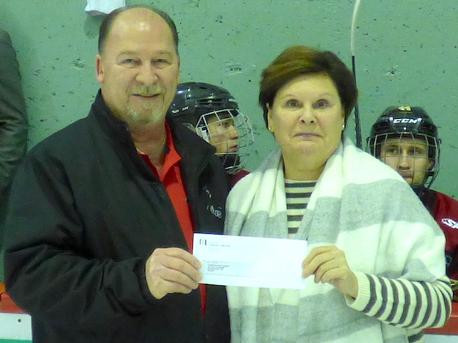 Hockey Midget AAA remise du cheque des Riverains College-Charles-Lemoyne a Fondation Anna-Laberge photo courtoisie FAL