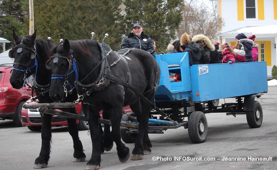 Marche de Noel St-Louis-de-Gonzague fete tour carriole chevaux photo INFOSuroit-Jeannine_Haineault