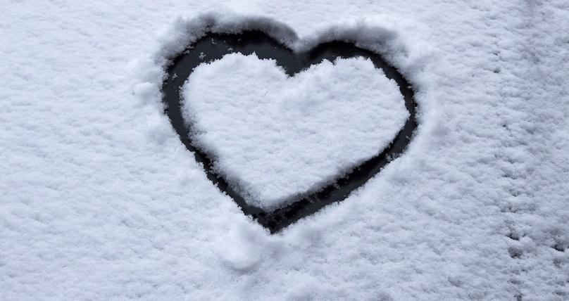 coeur dans la neige solidarite photo Stux via Pixabay CC0 et INFOSuroit_com