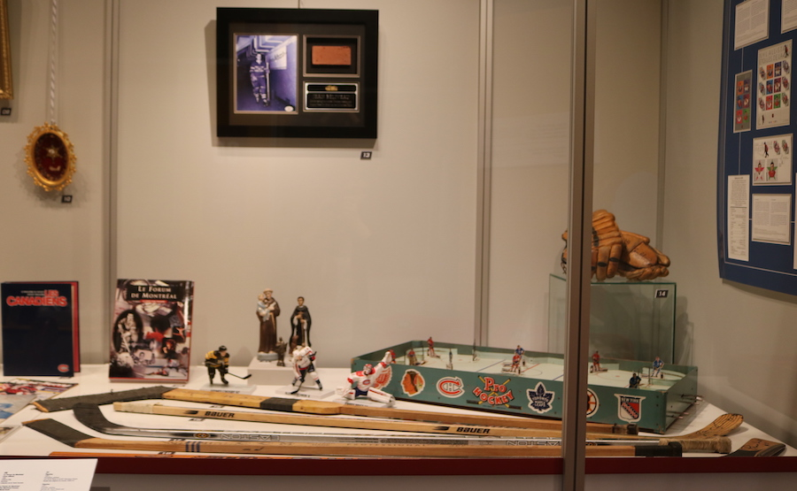 exposition AmenNousLaCoupe batons hockey figurines au MUSO Valleyfield photo via MUSO