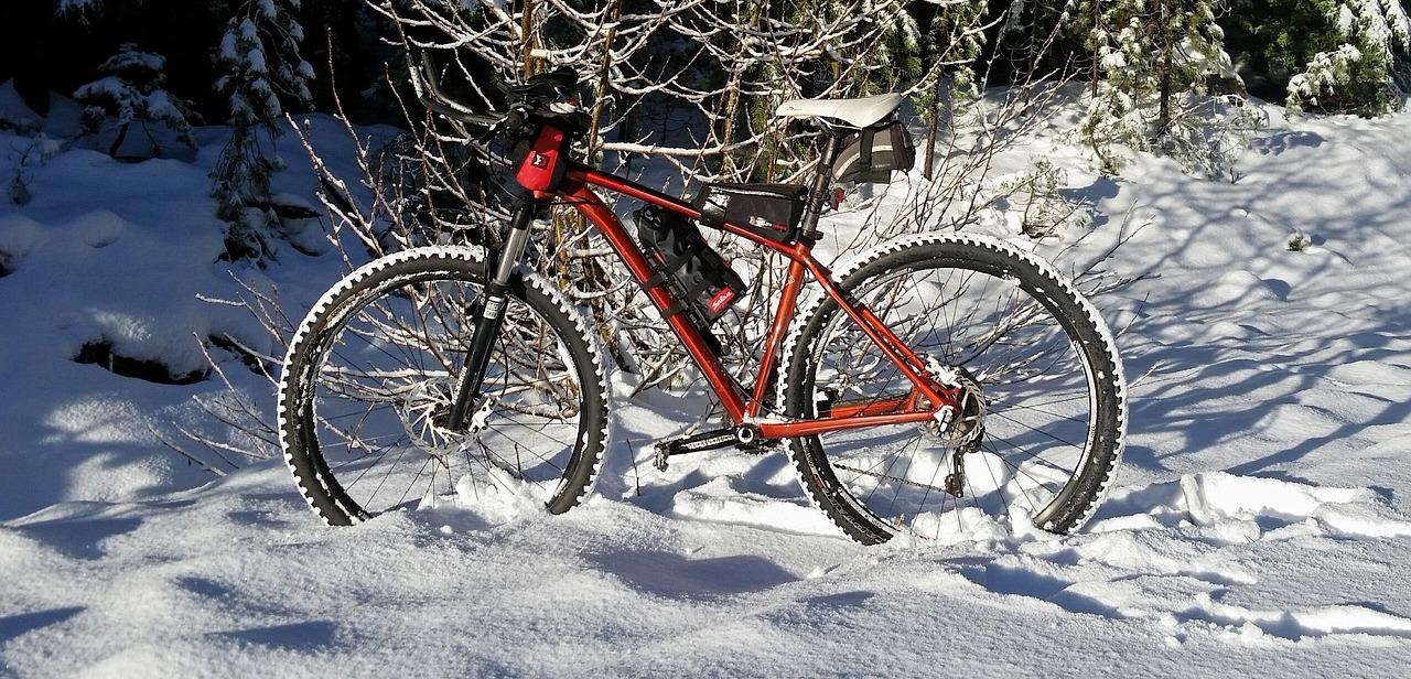 fatbike velo neige hiver foret photo TheresaCroft7 via Pixabay CC0 et INFOSuroit