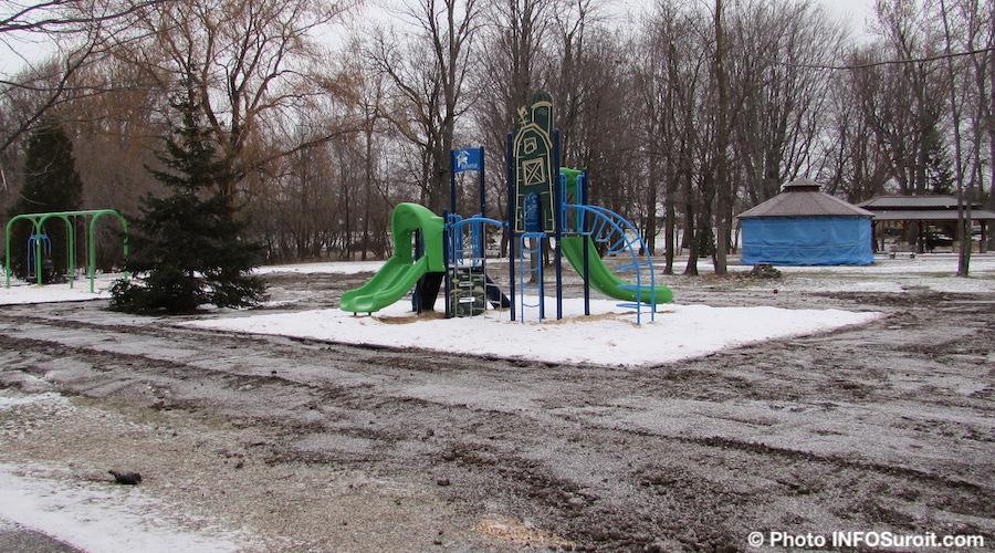 installation nouveaux modules de jeux parc derriere eglise St-Louis-de-Gonzague dec2018 photo INFOSuroit