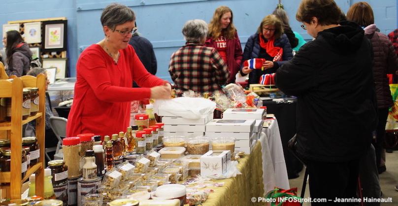 Marche-hiver-du-Marche_fermier-Noel-2017-Ormstown-tartes-produits-erables-photo-JHaineault-INFOSuroit