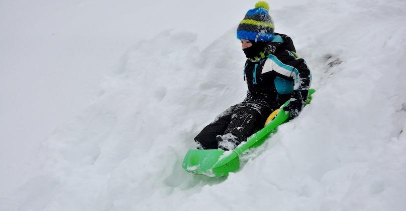 glissade neige enfant photo Jofy88 via Pixabay CC0 et INFOSuroit_com