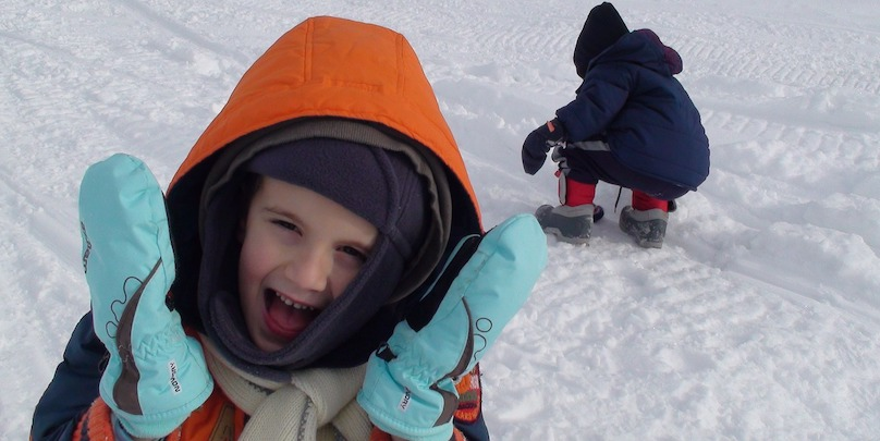 hiver neige enfants jeu photo FaverZani via Pixabay CC0 et INFOSuroit