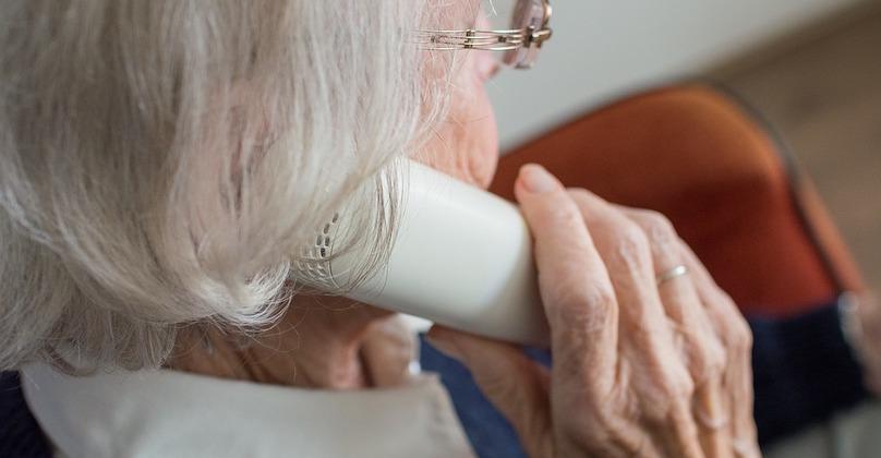 personne agee vieillesse appel telephone photo SabineVanerp via Pixabay CC0 et INFOSuroit