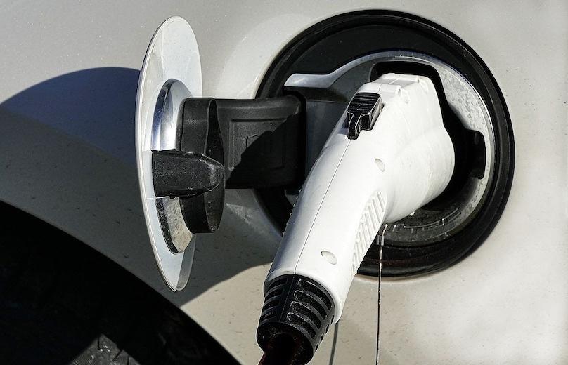 vehicule electrique prise borne de recharge photo AnateRate via Pixabay CC0 et INFOSuroit