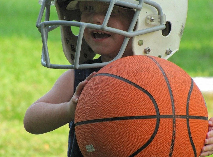 enfant ballon baskettball casque football sport photo PublicDomainPictures via Pixabay CC0 et INFOSuroit