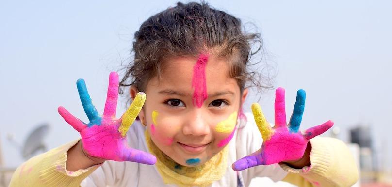 enfant bricolage peinture atelier photo YohoPrashant