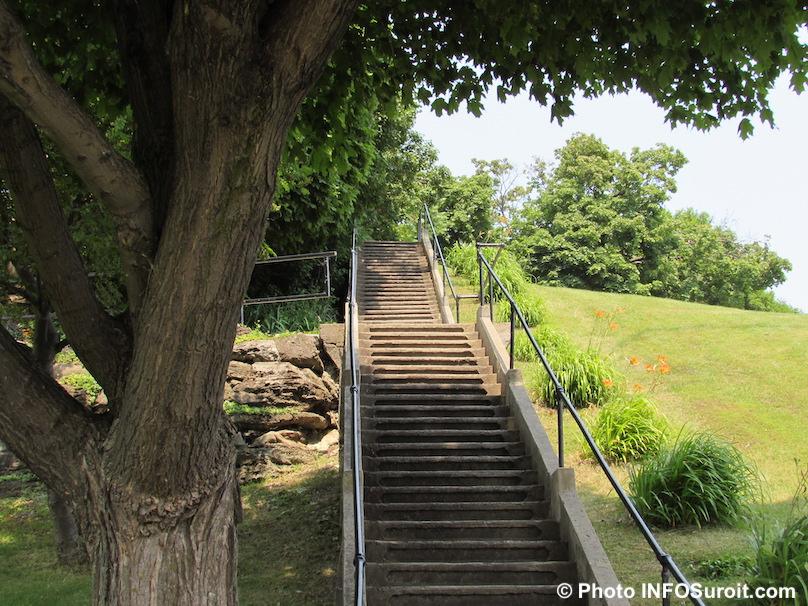 escaliers pour cimetiere des Soeurs Grises ile Saint-Bernard Chateauguay photo INFOSuroit
