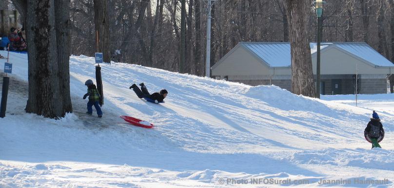 glissade hiver soucoupe enfants parc regional des iles photo JHaineault INFOSuroit