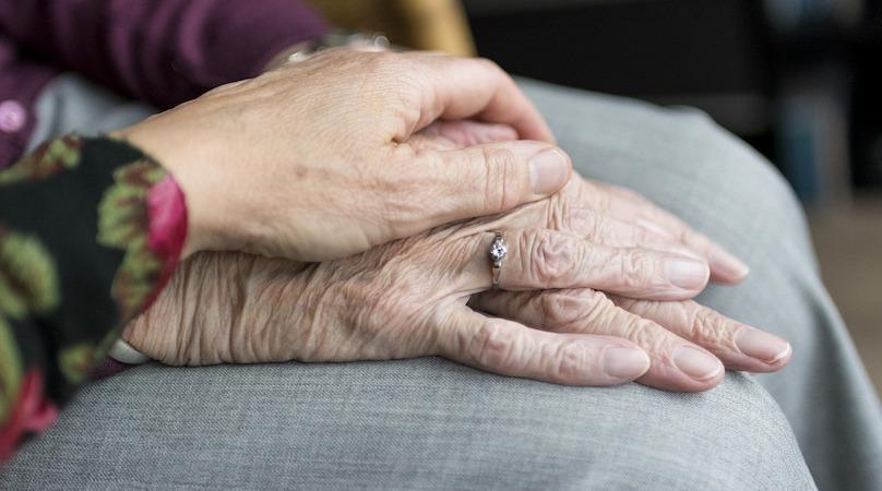 mains personnes agees proche aidant aidant naturel vieillesse photo SabineVanerp via Pixabay CC0 et INFOSuroit