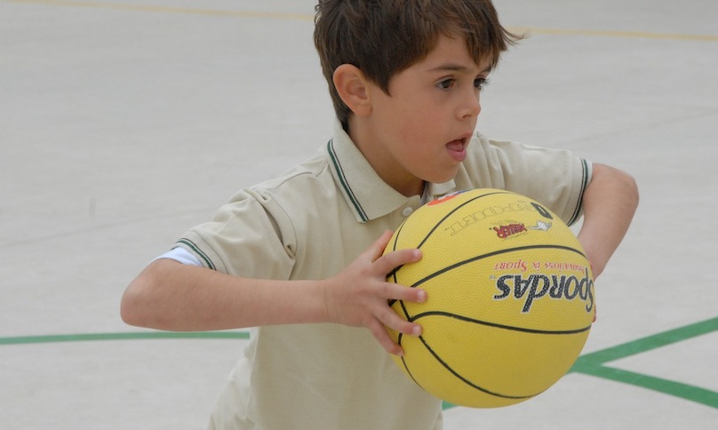 sport basketball enfant ballon photo AngelSalaMag054 via Pixabay CC0 et INFOSuroit