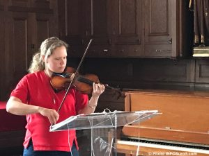 visite basilique-cathedrale Sainte-Cecile Valleyfield musicienne violon photo INFOSuroit