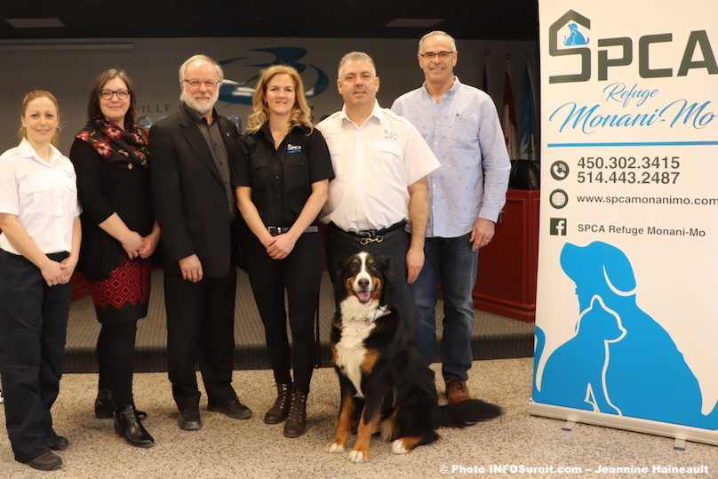 Beauharnois-maire-2-conseillers-equipe-SPCA-et-Molly-photo-JH-INFOSuroit