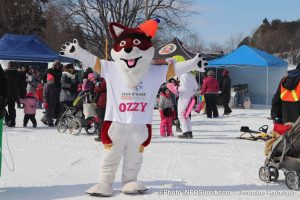 Mega-Fete-Valleyfield-2019-Ozzy-mascotte-et-visiteurs-photo-JHaineault-INFOSuroit