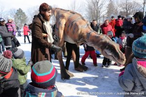 Mega-fete-Valleyfield-2019-visiteurs-avec-tyrannosaure-photo-JHaineault-INFOSuroit