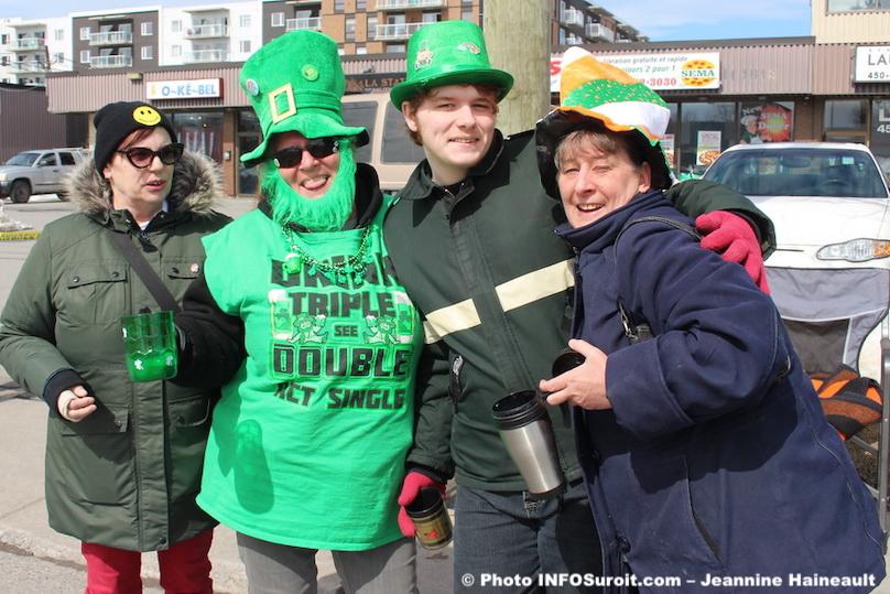 defile St-Patrick Chateauguay chapeaux verts participants festifs photo JHaineault INFOSuroit
