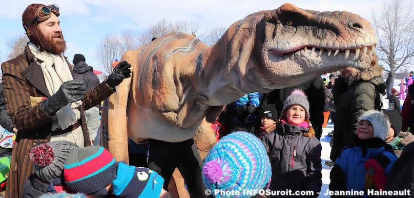 dinosaure-tyrannosaure-Rex-avec-des-enfants-Mega-Fete-Valleyfield-2019-photo-JHaineault-INFOSuroit