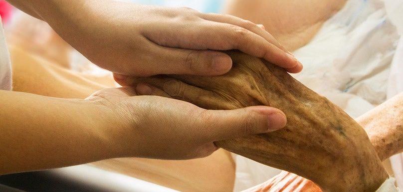 mains empathie soins palliatifs vieillesse proche aidant photo TruthSeeker08 via Pixabay et INFOSuroit