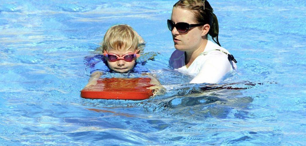 saison estivale piscine natation enfant moniteur photo White77 via Pixabay CC0 et INFOSuroit