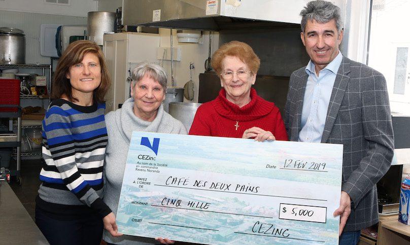 CEZinc remise cheque Cafe des deux pains ECarissimi NGagnon MmeLeblanc et JFGagnon 2019 photo courtoisie
