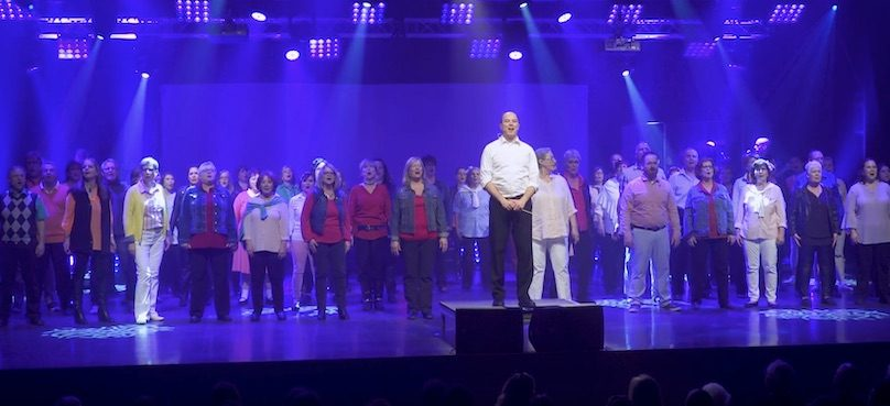 Sylvain_Cooke et choristes Ensemble vocal Les_Enchanteurs photo via extrait video YouTube EVLE