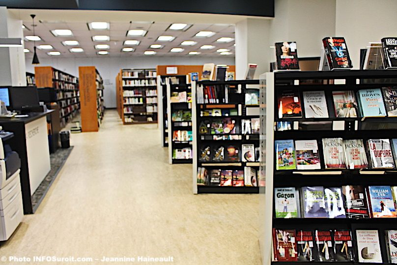bibliotheque-Armand-Frappier-Valleyfield-etageres-livres-revues-photo-JH-INFOSuroit